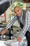 Mekaniker Fixing en bil arkivbild