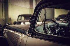 Mekaniker i klassiskt bilåterställandeseminarium arkivbilder