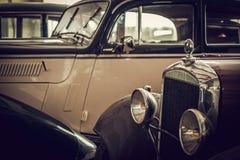 Mekaniker i klassiskt bilåterställandeseminarium arkivfoto