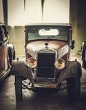Mekaniker i klassiskt bilåterställandeseminarium fotografering för bildbyråer