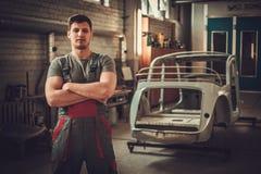 Mekaniker i klassiskt bilåterställandeseminarium arkivfoton