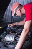 Mekaniker i service för auto reparation Arkivfoto