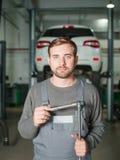 Mekaniker med tangenter i arbetsrumnärbilden mot väggen Fotografering för Bildbyråer