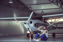 Mekaniker och flygplan royaltyfria bilder