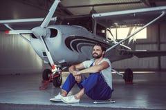 Mekaniker och flygplan royaltyfria foton