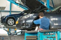 Mekaniker på arbete i ett garage royaltyfri foto