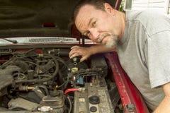 Mekaniker Pouring Brake Fluis i en ledar- cylinder Fotografering för Bildbyråer