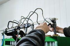 Mekaniker reparera en diesel- insprutningspump fotografering för bildbyråer