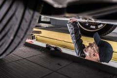 Mekaniker Servicing Car fotografering för bildbyråer