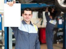 Mekaniker som arbetar i bilreparationsservice Royaltyfria Bilder
