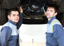 Mekaniker som arbetar i bilreparationsservice Arkivbilder