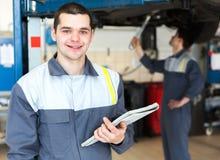 Mekaniker som arbetar i bilreparationsservice Arkivfoto