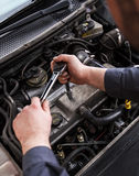 Mekaniker som arbetar i en bil under huven fotografering för bildbyråer