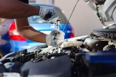 Mekaniker som arbetar i garage för auto reparation Bilunderhåll royaltyfri bild
