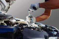Mekaniker som arbetar i garage för auto reparation Bilunderhåll Arkivfoto