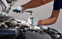 Mekaniker som arbetar i garage för auto reparation Bilunderhåll arkivbilder