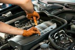 Mekaniker som arbetar på en bilmotor royaltyfri foto