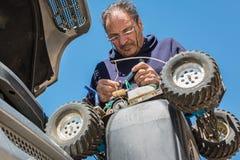 Mekaniker som arbetar på en modell royaltyfri fotografi