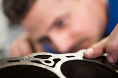 Mekaniker som arbetar på en motor arkivfoton