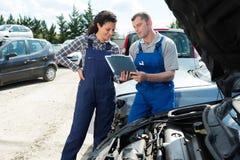 Mekaniker som arbetar på enginee royaltyfri foto