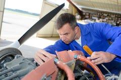 Mekaniker som arbetar på flygplan royaltyfria bilder