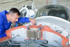 Mekaniker som arbetar på flygplan royaltyfri fotografi