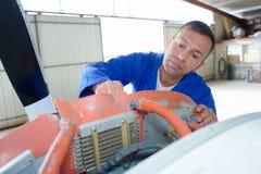 Mekaniker som arbetar på flygplan arkivfoton