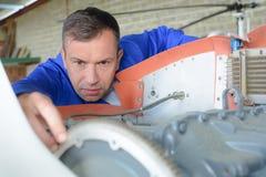 Mekaniker som arbetar på motorflygplan arkivbilder