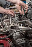 Mekaniker som arbetar på motorn Fotografering för Bildbyråer