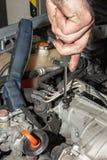 Mekaniker som arbetar på motorn Arkivbild