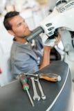 Mekaniker som arbetar på sparkcykeln arkivfoton