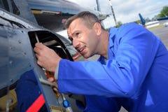 Mekaniker som arbetar p? flygplan royaltyfria bilder