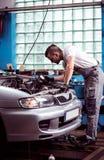 Mekaniker som för bilkontroll Royaltyfria Bilder