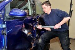 Mekaniker som försöker att öppna den skadade dörren arkivfoton