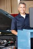 Mekaniker som fungerar på bilen royaltyfria foton