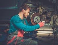 Mekaniker som kontrollerar bilbromssystemet fotografering för bildbyråer