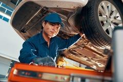 Mekaniker som kontrollerar bilen arkivbilder