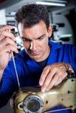 Mekaniker som reparerar den industriella maskinen Royaltyfri Foto