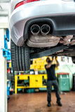 Mekaniker som reparerar en motorisk bil royaltyfri fotografi