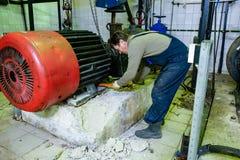 Mekaniker som reparerar en stor vattenpump Royaltyfria Foton