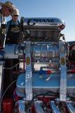 Mekaniker som ser en motor för springa bil under världen av Spe Fotografering för Bildbyråer