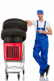 Mekaniker som shoppar nya gummihjul royaltyfri bild