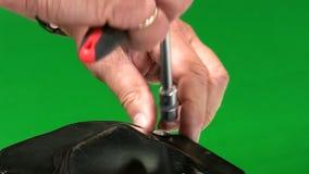 Mekaniker som skruva av växellådräkningen stock video