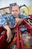 Mekaniker som tar skiftnyckeln från asken Royaltyfria Bilder