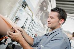 Mekaniker som torkar hans händer arkivfoton