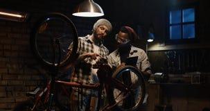 Mekaniker som två talar i ett seminarium arkivfoton