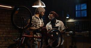 Mekaniker som två talar i ett seminarium fotografering för bildbyråer