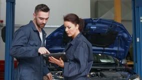 Mekaniker som undersöker noggrant en motor stock video