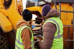 Mekaniker som utomhus kontrollerar lastbilen royaltyfria foton