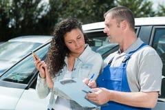 Mekaniker som utomhus talar till kunden arkivfoton